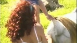 Типок с могучим писюном трахнул кобылку и супружницу зоо видеоролик на полянке