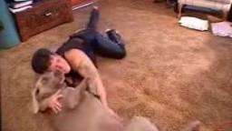Опытная зоофилка по домашнему делает минет собаке на полу видео зоопорно